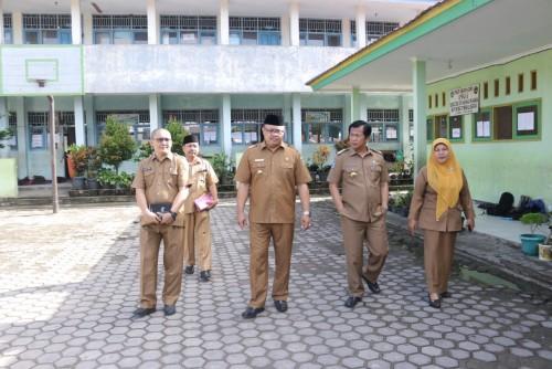 Yudi Satria bersama dengan Plt. Kadis Pendidikan dan Kebudayaan memantau Ujian Nasional (UN) di SMPN 1 Bengkulu Selatan. (Foto: Asiun)