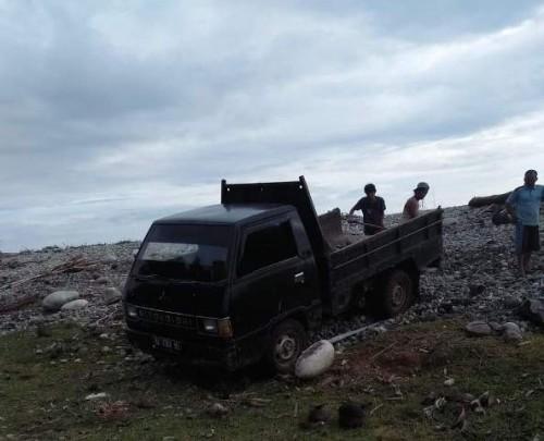 Saat-saat pihak Desa mengangkut Meterial Ilegal dari Tepi Pantai Untuk Pembangunan Jalan di Desa Tanjung Aur (Foto Asiun)