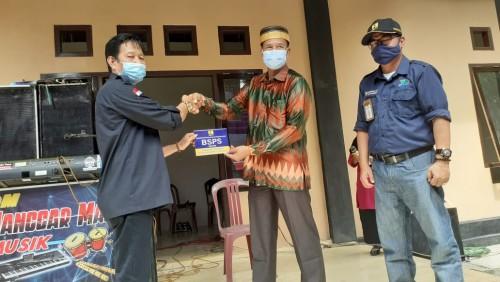 Serah terima Kunci Penerima Bedah Rumah Secara Simbolis Kepada Kepala Desa Tawang Rejo Dilakukan